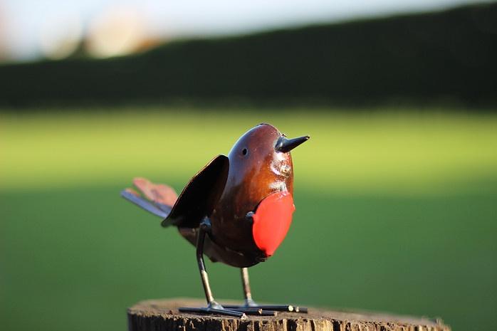 recycled metal bird Robin close up